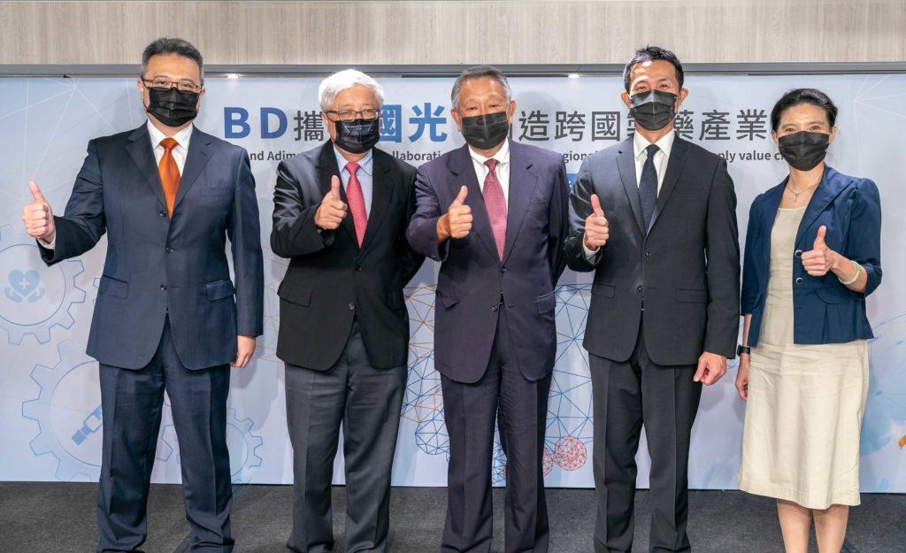 圖說3_右起為BD台灣及香港公司事業處處長曾秋敏、BD台灣及香港公司總經理王明傑、國光